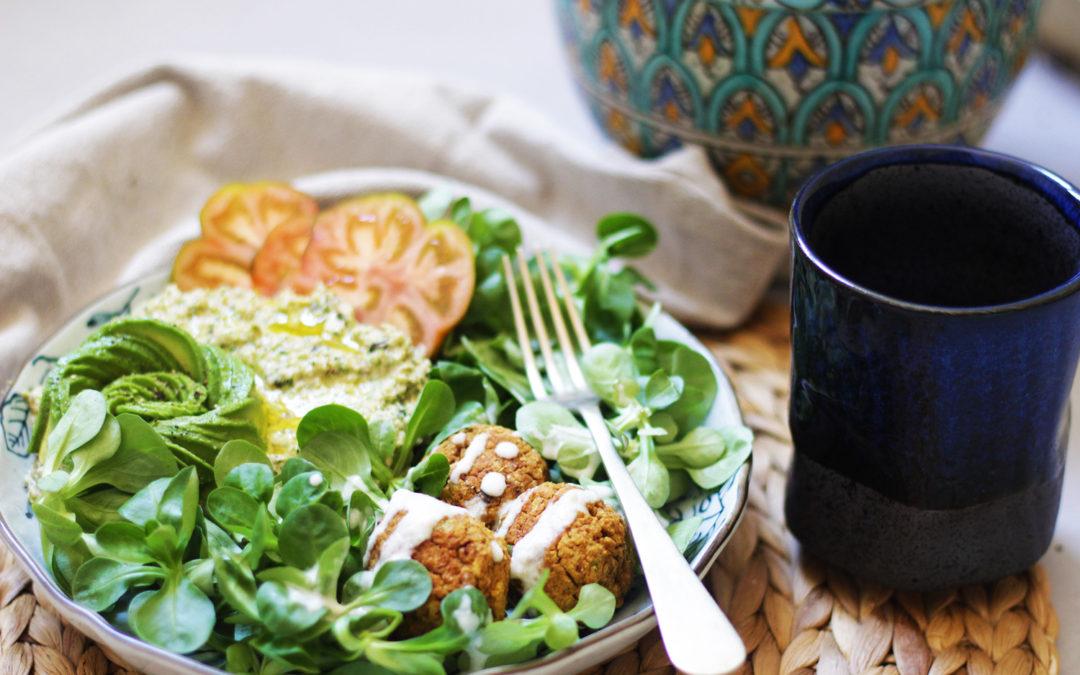 Buddah bowl con falafels de curry y raw hummus de brócoli